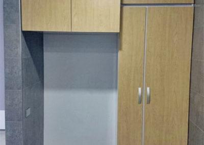 Mueble sobre nevera y alacena con puertas en fórmica