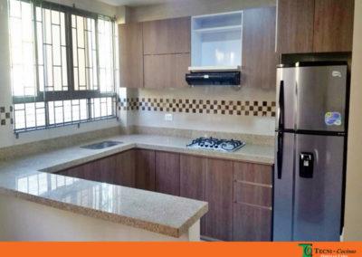 Cocina integral en formica y mesón en granito natural instalada en Villa Pinzón