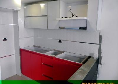 Instalación cocina integral en fórmica clásica, cantos en aluminio y manijas sistema U.