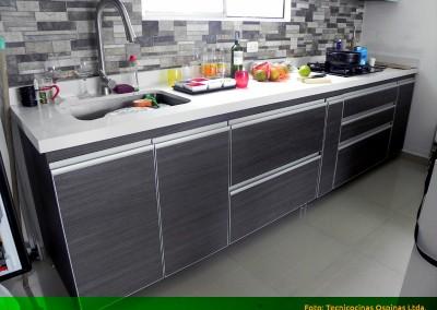 Cocina integral en fórmica última colección, cantos en aluminio y manijas perfil Gola. Caesarstone Blanco.