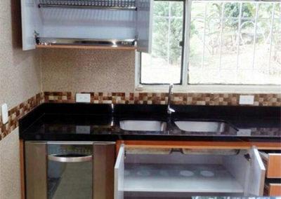 Vista interna cocina integral en fórmica con cantos en aluminio