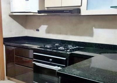 Cocina integral con puertas en fórmica y mesón en granito natural verde ubatuba