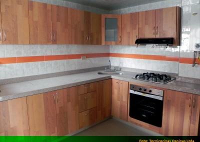 Cocina integral en fórmica color madera y granito jaspe