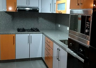 Cocina integral con perfil en aluminio, cubierta y salpique en granito.