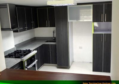 Cocina integral con perfil en aluminio, alacena y cubierta en granito.