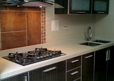 Cocina integral con perfil en aluminio y cubierta en caesarstone.