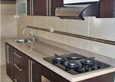 Cocina integral lineal en formica con mesón en granito natural color golden clean