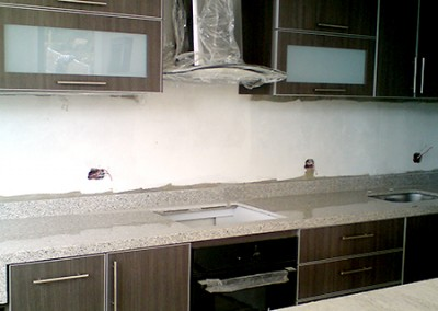 Cocina integral con perfil en aluminio, vidrio y cubierta en granito.