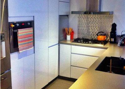 Cocina integral moderna sin manijas en pintura poliuretano con mesón en quarztone