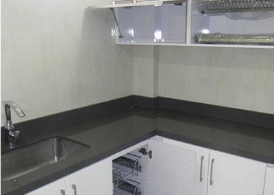 Cocina integral moderna con manijas en pintura poliuretano con mesón en quarztone gris