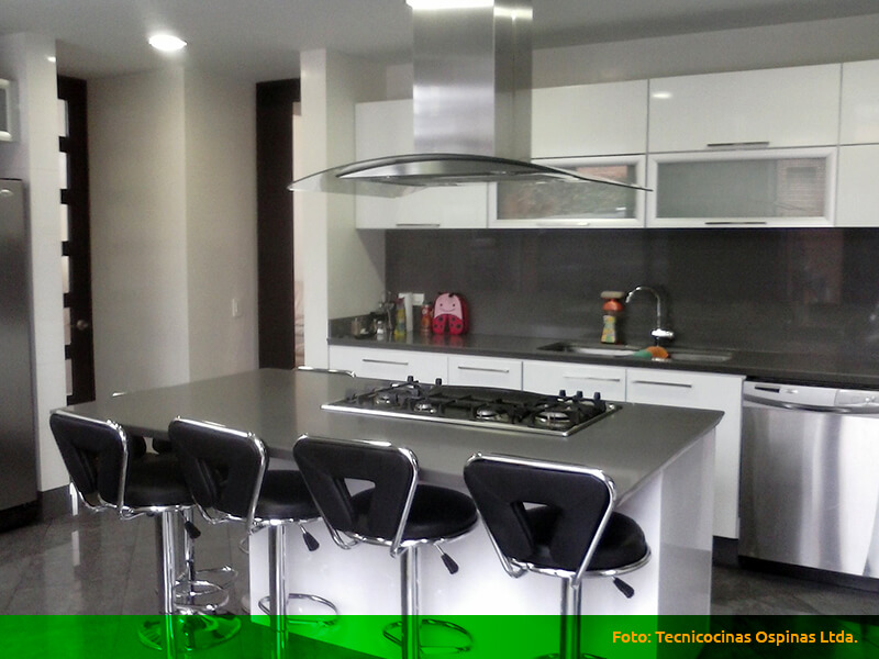 Cocinas integrales terminadas en pintura poliuretano for Cocina integral con isla central