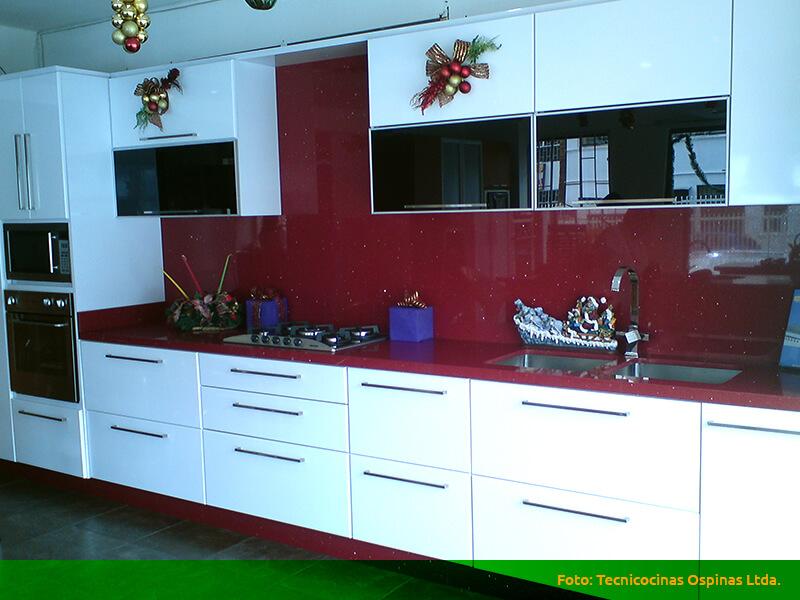 Cocinas integrales terminadas en pintura poliuretano for Muebles de cocina con puertas de cristal