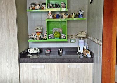 Mueble de cocina en termolaminado con manija incorporada mesón en quarztone y repisas personalizadas