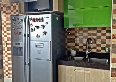 Cocina integral en termolaminado con manija incorporada mueble superior en vidrios de color