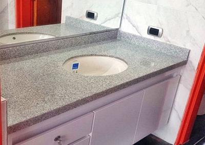 Mueble de baño en formica blanca con mesón en granito natural color jaspe