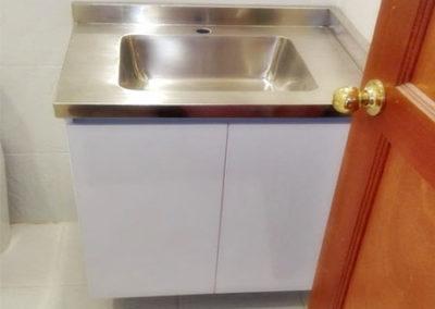 Mueble para baño en formica blanca con mesón en acero inoxidable