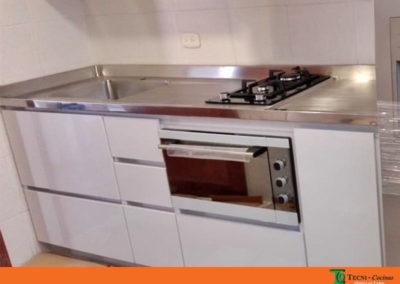 Cocina integral en formica color blanco con mesón en acero inoxidable