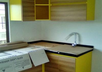 Cocina integral en formica tono madera combinado con color amarillo