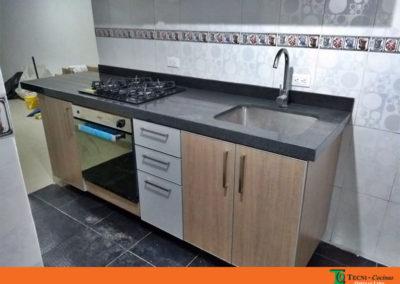 Cocina integral en formica con cantos en aluminio con mesón en granito natural color gris