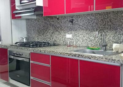 Cocina integral en formica brillante con cantos en aluminio y mesón en granito natural con salpique alto