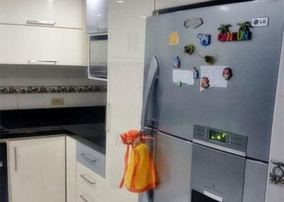 Cocina integral en pintura poliuretano de 2 colores y mesón en granito natural color negro