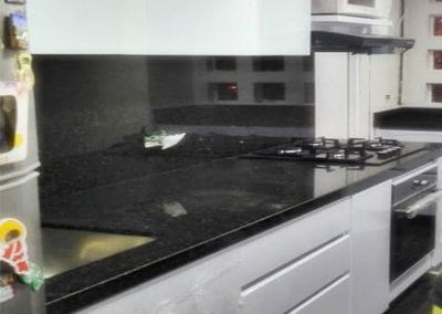 Cocina integral en pintura poliuretano color blanco con mesón en granito natural negro