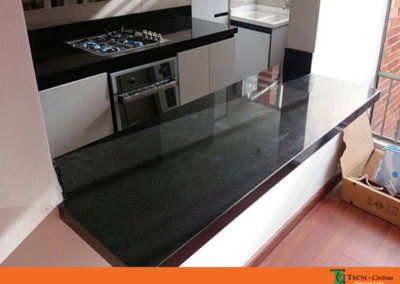 Cocina integral en pintura poliuretano con mesón en granito natural color negro