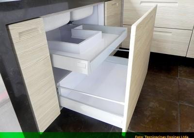 Cajones en madera y f rmica con diversas configuraciones for Modelos de puertas de madera para cocina integral