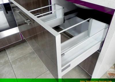 Cajones en madera y f rmica con diversas configuraciones for Herrajes para cocina