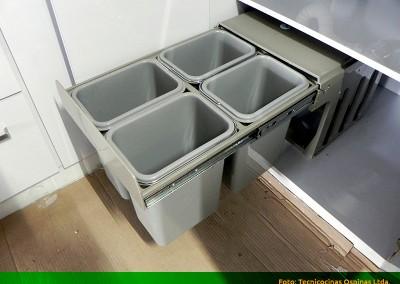 Shut de basuras con tapa y 4 recipientes.