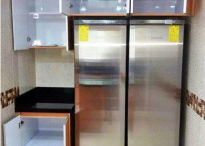 Mueble auxiliar y muebles sobre nevera en fórmica con cantos en aluminio