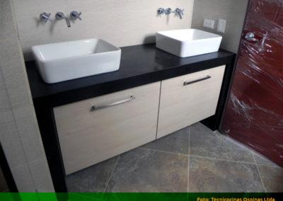 Mueble de baño moderno con mesón y lateral en quarztone doble poceta