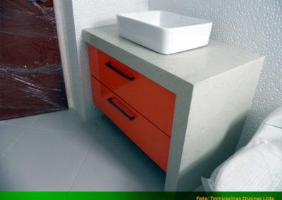 Mueble de baño moderno con manijas, mesón y lateral en quarztone