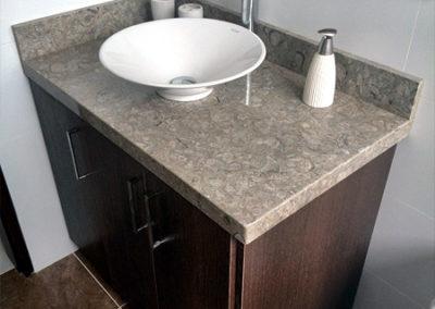 Mueble de baño en madecor con mesón en marmolo color café pinta
