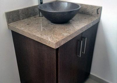 Mueble de baño con mesón en mármol café pinta