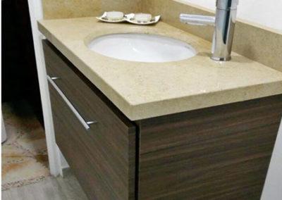 Mueble de baño en formica con mesón en mármol color café faraón