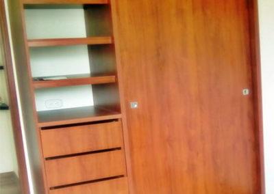 Closet en madecor con puertas de corredera - vista exterior