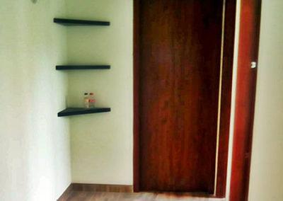 Puerta en madecor con marcos laterales y siuperior