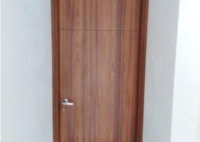 Puerta en madecor con marcos laterales y superior