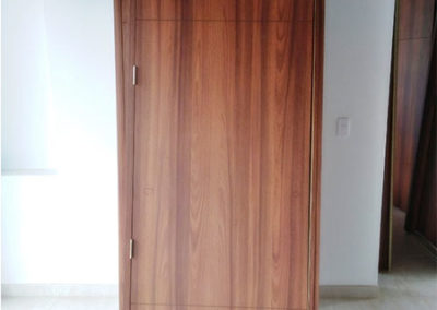 Puerta en madecor con marcos laterales