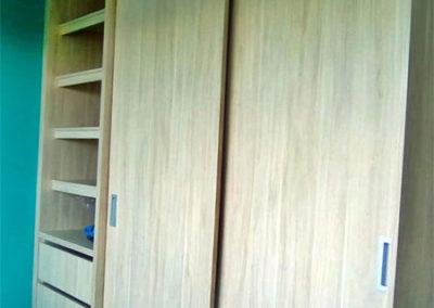 Closet en madecor diseño personalizado con puerta de corredera