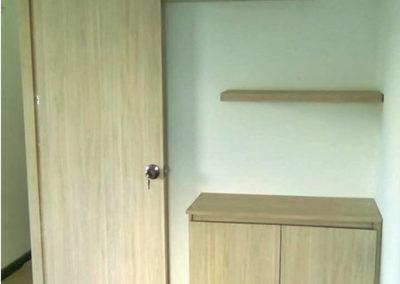 Puerta en madecor con mueble auxiliar y entrepaños flotados
