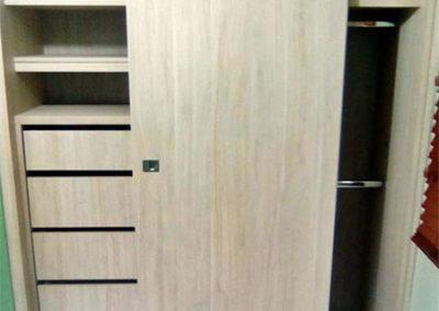 Closet en madecor con sistema de puerta de corredera - vista interna