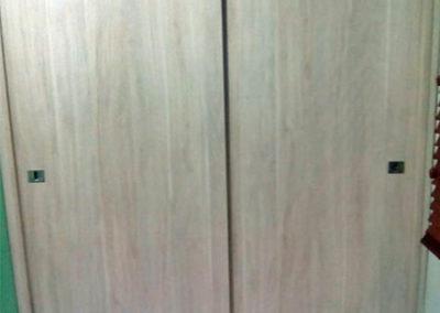 Closet en madecor con sistema de puerta de corredera