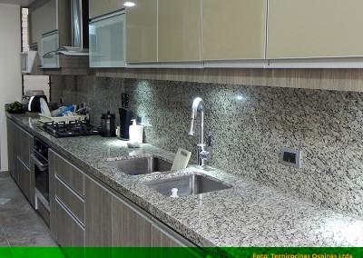 Cocina integral con perfil en aluminio, cenefas  y cubierta en granito.