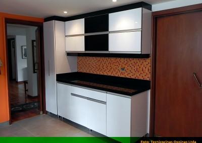 Cocina integral con cenefa, alacena y cubierta en granito.
