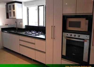 Cocina integral con perfil en aluminio y cubierta en granito.