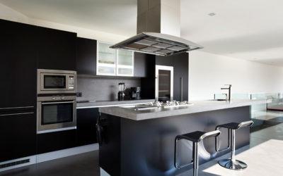 Blanco y negro: dale a tu cocina integral un aire de lujo y distinción