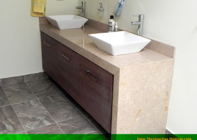 Mueble de baño moderno con mesón y lateral en mármol