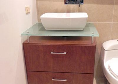 Mueble de baño con manijas y mesón en vidrio